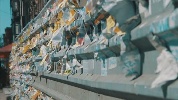 A kerítés, a városban kifüggesztett utcai reklámok papír