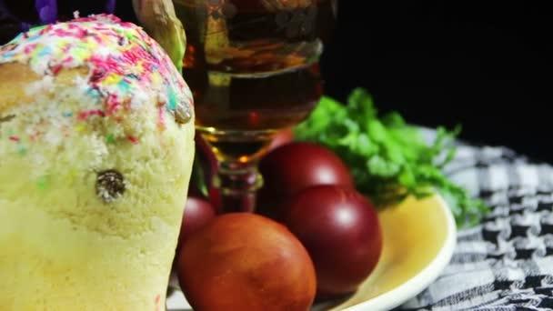 Húsvéti forog a lemez, a tojás és a grúz bor a hordóban
