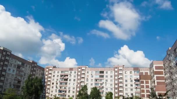 Mraky táhnou nad několikapatrová budov časová prodleva
