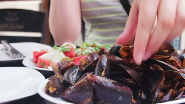 Muscheln auf einem Teller in einem Restaurant