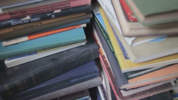 Stoh knih v knihovně