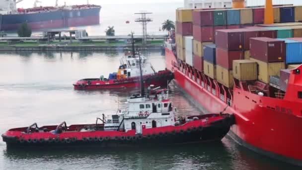 Frachtfähre kommt im Seehafen an