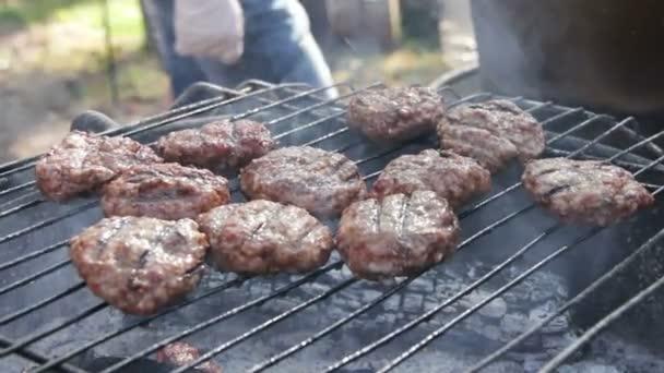 Maso na hamburgery připravené na grilu