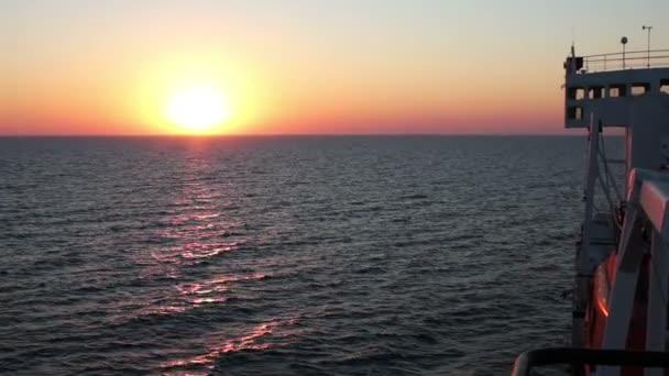 Tramonto sul mare con nave da carico in movimento