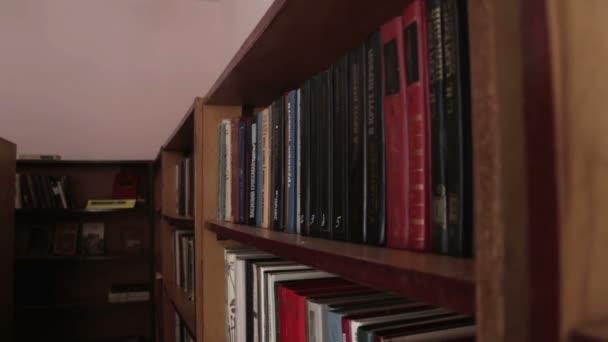 Knihovní police s knihami