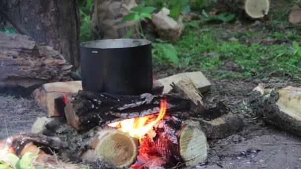 Főzés élelmiszer-át a turisztikai potot tábortűz