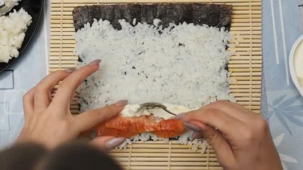 Top View Making Sushi at Home Kitchen. Kezek a nő teszi Hozzávalók a tekercs