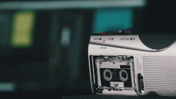 Kassettenrekorder nimmt Ton oder Interviews auf einer Mini-Kassette auf