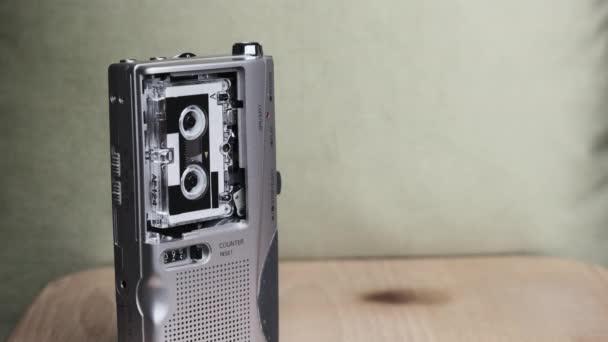 Přenosný Retro magnetofon s mikrokazetou Rec Sound na žlutém pozadí