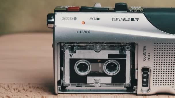 Tragbarer Retro-Tonbandgerät mit Micro Cassette Rec Sound auf gelbem Hintergrund