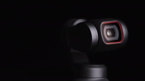 Mechanické Gimbal objektivy fotoaparátu otáčí na černém pozadí, robotické fotoaparát makro