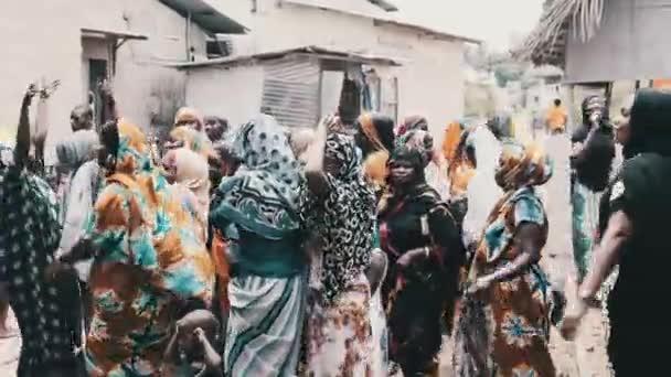 Africké svatby, Mnoho místních žen v tradičním oblečení Dance, Zanzibar, Afrika