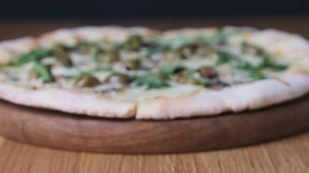 Předkrm Pizza na dřevěném stole v restauraci