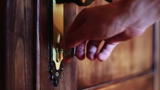 Ten otevírá dveře pomocí klíče