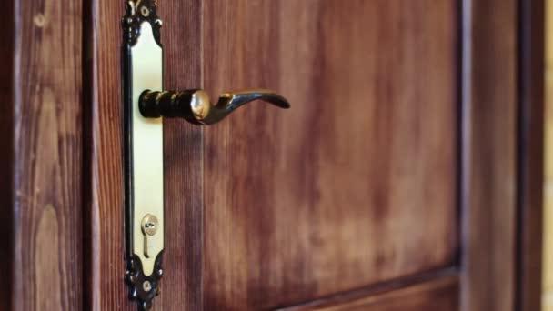 Ten otevírá dveře popisovačem