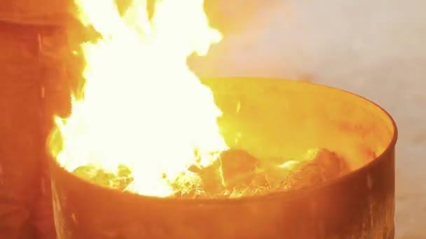 Plameny požáru v hlavni je zpopelněná benzín