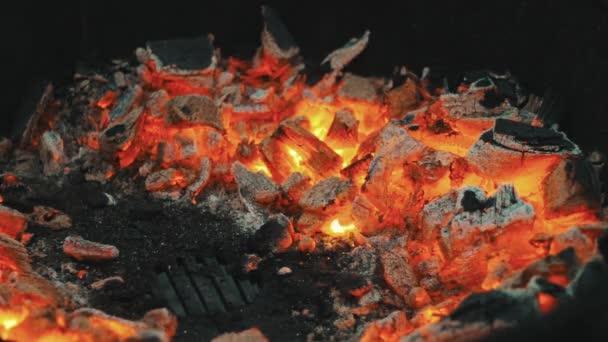 Glühende Kohlen auf dem Grill