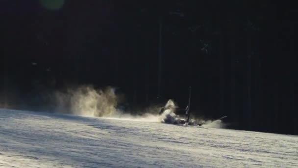 Klesající lyžař, který jde na běžkařskou trať. Zpomalený pohyb