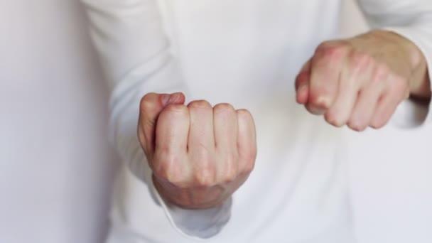 Muž ukazuje gest a znaků s rukama