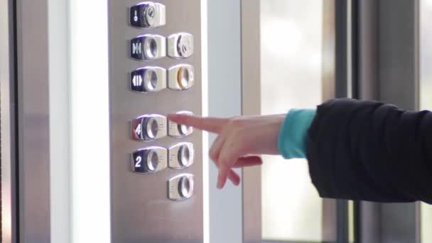 Klepněte na tlačítko v výtah