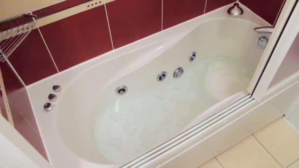 Vasca Da Bagno Del Tempo : Vasca da bagno in cui lacqua è. lasso di tempo u2014 video stock