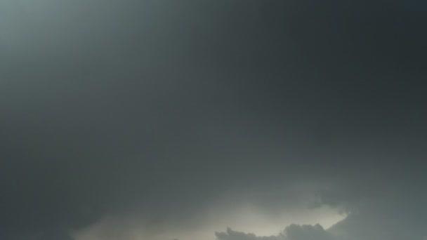 mraky táhnou na modré obloze