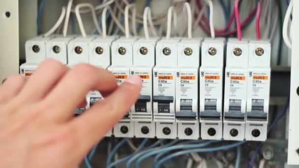 Spínání elektrické pojistky.