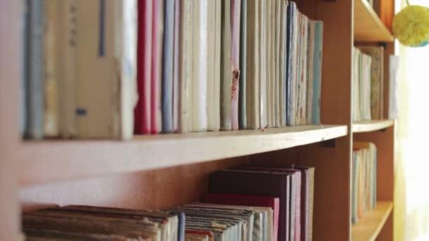 Hosszú hall-könyvtár a fa könyvespolc