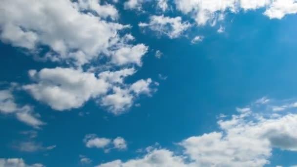 A felhők a kék égen mozognak..