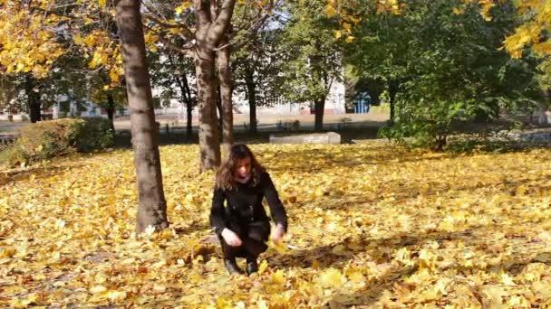 šťastná dívka v podzimním parku.