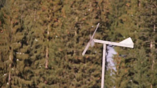 Dřevěná korouhvička spinning ve větru v zimě