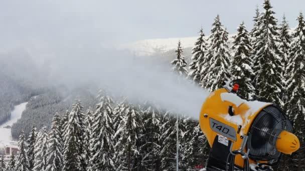 Snow kulomet na lyžařském svahu