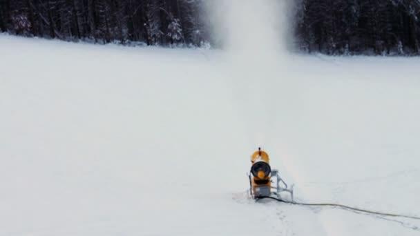 Schneemaschinengewehr auf einer Skipiste.
