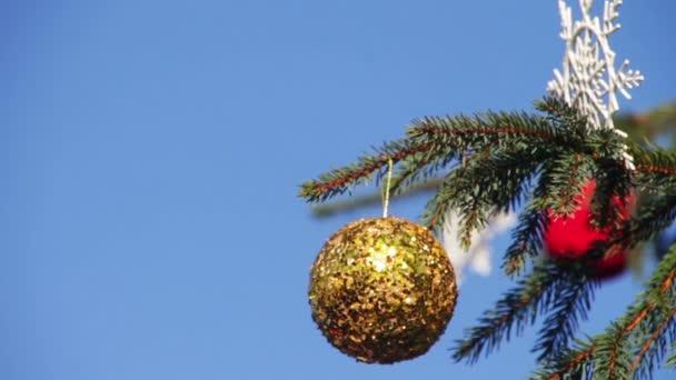 geschmückter Weihnachtsbaum auf Hintergrund blauer Himmel.