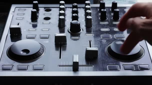 DJ keverőpult hanggal dolgozik