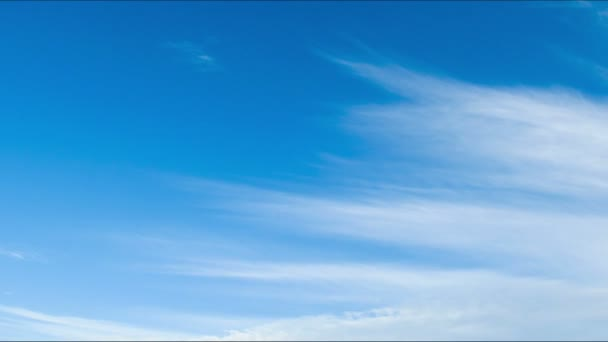 Mraky se pohybují po modré obloze.