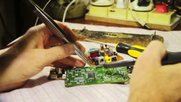 Elektronik auf Leiterplatte löten