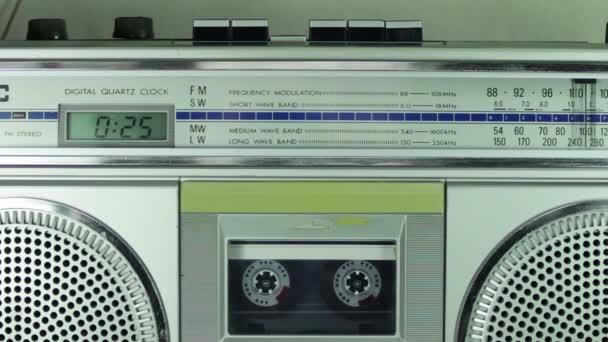 Magnetofon hrající stříbrnou kazetou