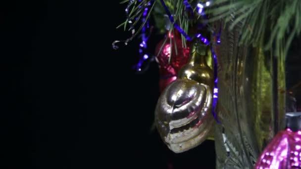 Vánoční ozdoby a otáčí
