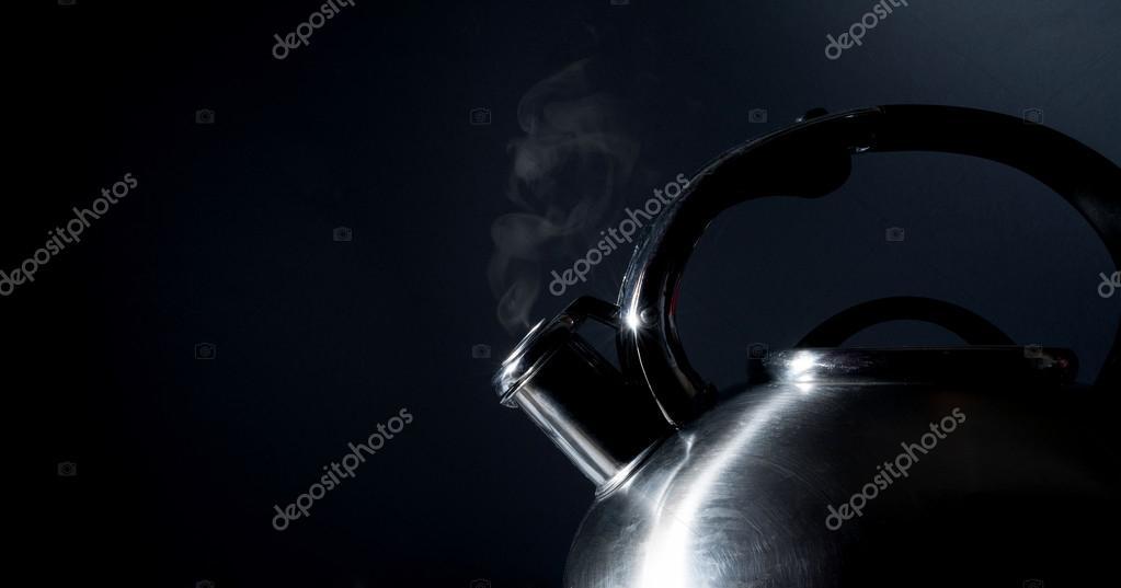 Pfeifende Kessel kochenden Kessel, Dampf, isoliert — Stockfoto ...