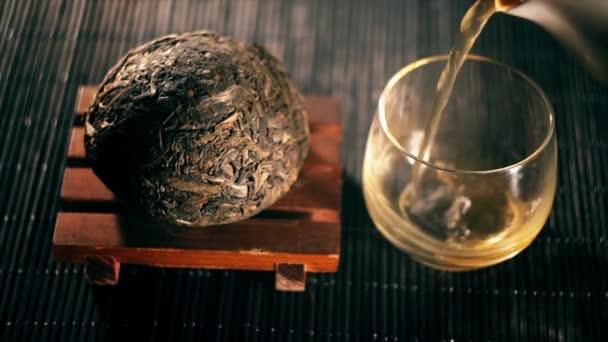 Čaj. Čínský čaj. Puer druh čaje s filtrem
