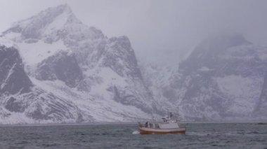 Рыбацкая лодка на берегу Каспийского моря в штормовую погоду ...