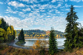 Photo Narrow winding road along the lake, autumn landscape