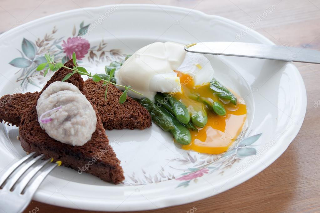 Green beans topped with poached egg
