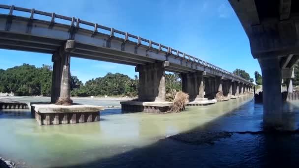Ohromující dlouhý most na řece Slunečné hodiny
