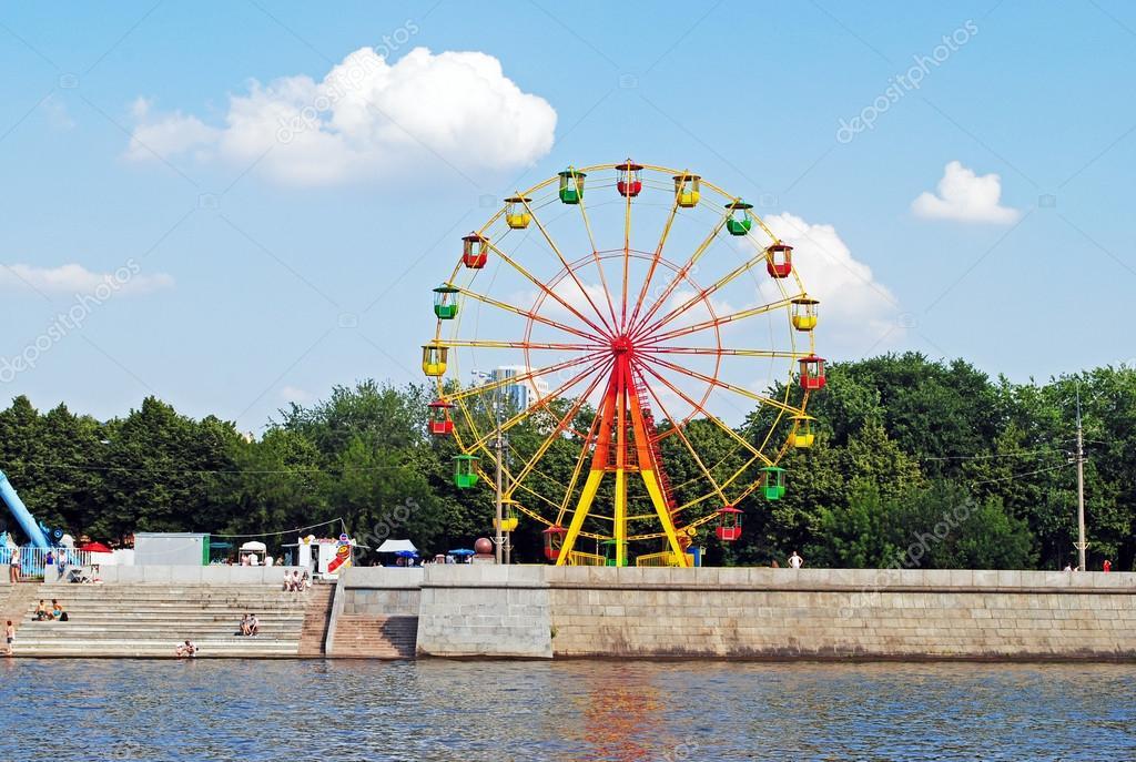 rueda de la fortuna en Moscú — Fotos de Stock © irra_irra #79601860
