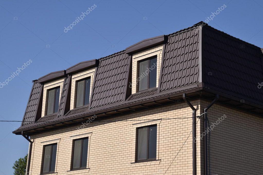 Das Haus Mit Kunststoff Fenster Und Ein Dach Aus Wellblech ...
