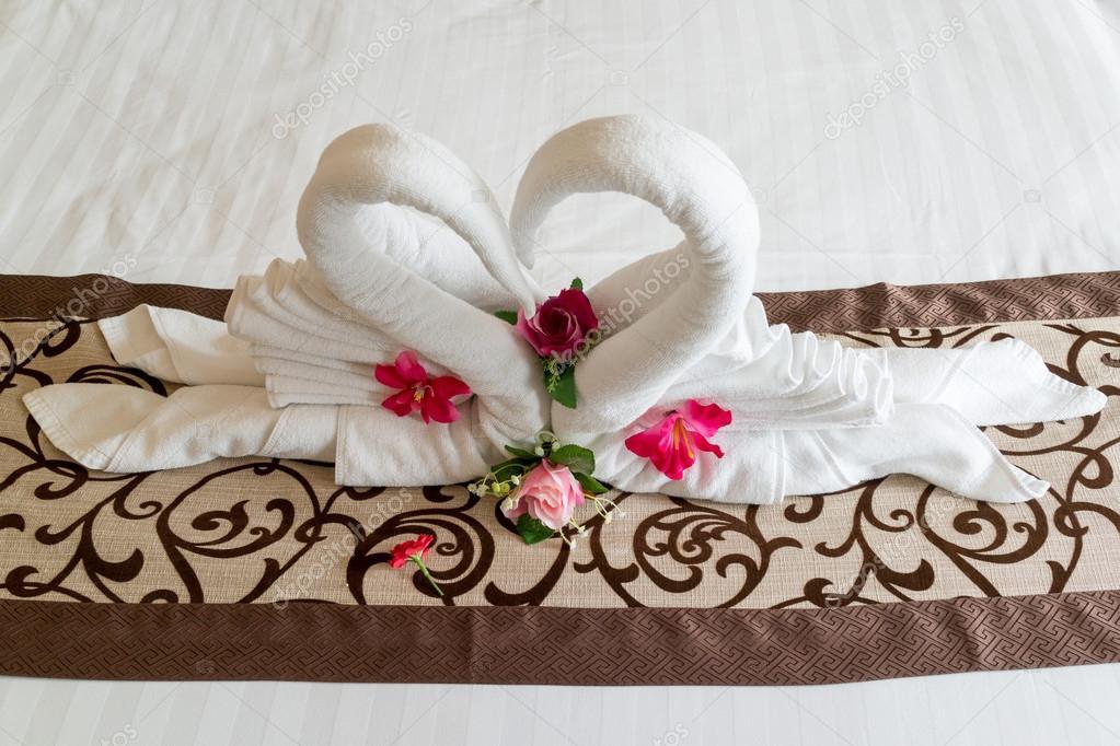 Arte di asciugamano sul letto a forma di cuore — Foto Stock ...