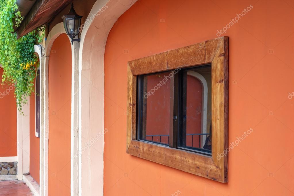 Ventana marco de madera en pared naranja — Fotos de Stock ...