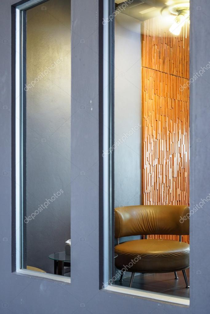 Riflessione di angolo soggiorno con marrone tondo parete divano e ...